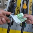 Chi fa il pieno osserva sconsolato il display della pompa di benzina. La gara tra i due contatori è senza storia: quello che conta i litri procede lentamente e il...